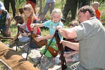 Myslivci ukázali dětem, jak se musí správně manipulovat se zbraněmi.