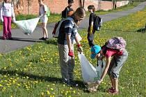 145 školáků ze základní školy ve Velehradě sbíralo v rámci akce s názvem Odpadky z nebe nespadly v údolí lesa kolem potoka Salaška a okolo cyklistické stezky z Velehradu na Salaš nebo v okolí Modré odpadky.