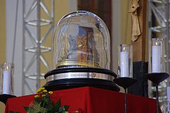 Lebka sv Ludmily vystavená před velehradským oltářem.