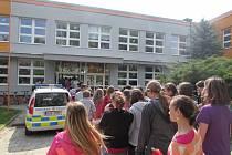 Výuku na Základní škole ve Starém Městě ve čtvrtek 24. dubna dopoledne narušilo ohlášení bomby na linku tísňového volání. V souvislosti s tím byla uskutečněna bezpečnostní opatření.