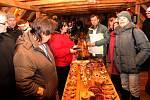 VERNISÁŽ. V galerii knížecího obydlí se návštěvníci obdivovali exponátům handicapovaných klientů Vincentina.