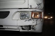 Řidič autobusu nedal v pátek 14. listopadu v Uherském Hradišti přednost osobnímu vozidlu