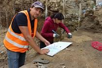 Archeologové pracují v ulici Komenského.