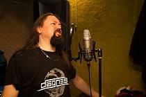 Autor hudby a lídr kapely Dagnes, která fotbalovou hymnu nahrála, Svatopluk Tinka.