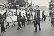 Dožínky v DN v roce 1966. Průvod tvoří Národopisný krúžek Dolněmčan, jehož je to premiérová akce aktuálně po jeho založení