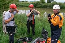 Profesionální hasiči a zdravotníci cvičili záchranu při povodních ve třech týmech ve vodě i na souši.