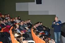 Beseda s cestovatelem Jiřím Kolbabou v hradišťském kině trvala celé tři hodiny.