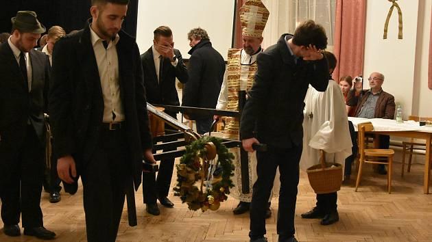 V Kunovicích na besedě u cimbálu pochovali basu.