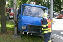 Řidič avie vyjel mimo vozovku, přejel obrubník a vůz zastavil až o dva ocelové sloupy veřejného osvětlení a světelné signalizace.