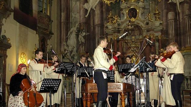 Cimbálová muzika Ohnica v sobotu zahrála a zazpívala v kostele svatého Františka xaverského v Uherském Hradišti.