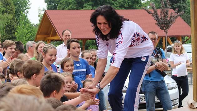 Děti v Polešovicích si ve středu 20. května mohly zacvičit s úspěšnou atletkou Šárkou Kašpárkovou.