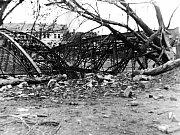 Zničený železniční most přes Moravu v Uherském Hradišti