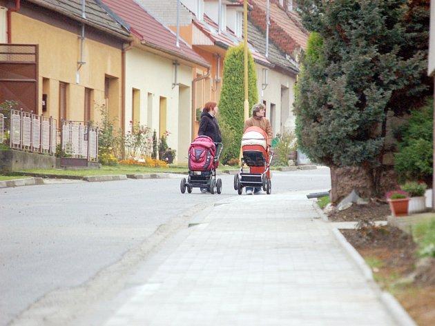 Do odstranění závad na rekonstruovaném chodníku museli radní v Podolí investovat další prostředky z obecní pokladny.