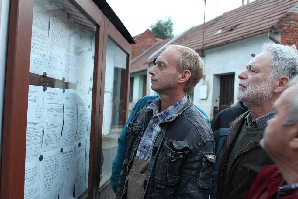 Na padesátka Podolanů se sešla před budovou obecního úřadu v Podolí, aby dala najevo svoji nespokojenost se zpochybňováním výsledků referenda. Zakročit přijela i policie ČR.