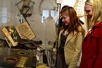 Sběratel Jaromír Růžička se v brodském muzeu prezentuje hudebními nástroji až z 18. století.