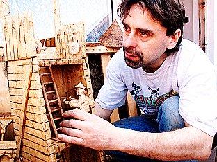 Ivan Křemeček předvádí část velkoplošné dřevěné bitvy, kterou vyráběl šest let.