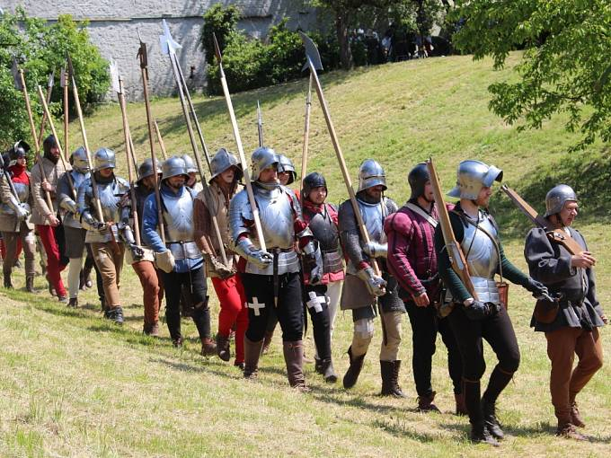 Před hradbami u muzea Jana Ámose Komenského v Uherském Brodě se opět střetla vojska Matyáše Korvína s obránnými šiky Jiřího z Poděbrad.