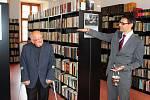 . Ředitel gymnázia Michal Hegr ukazuje, jaké stohy knih byly v této místnosti, dnes už knihovny, před dvěma lety.