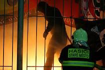 """Světlice od """"fanoušků"""" Sparty museli hasit hasiči."""