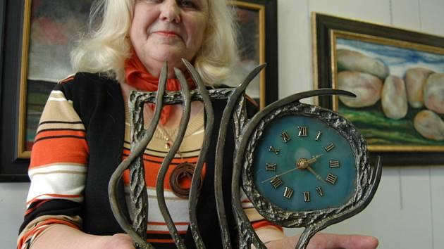 Jiřina Olivová–Břicháčková ukazuje unikátní hodiny z litého kovu a achátu, které její manžel vyrábí jako jediný na světě.