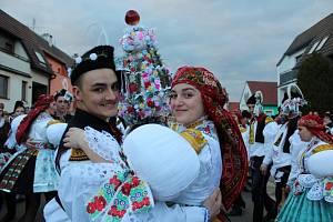 Vulicích Huštěnovic se o víkendu zpívalo, tancovalo, juchalo a hodovalo.