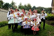 Vulicích Jalubí i před radnicí pěli šohaji a děvčice slovácké písničky a tancovali.