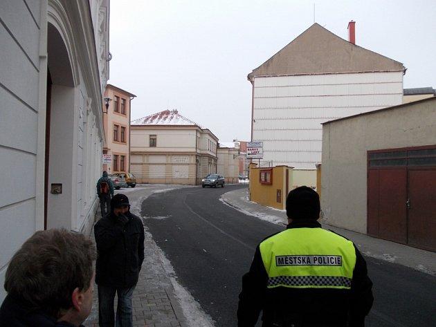 Jízdu v protisměru v ulici Hradební omlouvají řidiči svou nepozorností. Strážníci podotýkají, že se přestupky v tomto místě notoricky opakují.