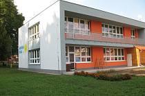 Díky nedávné rekonstrukci disponuje budova i okolí mateřské školy přívětivým vzhledem.