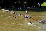 Diváci sledovali, zda se osm Salašany vyrobených plavidel udrží na vodě, ale také zda se jezdci na kolech nebo strakaři udrží na úzké lávce nad požární nádrží.