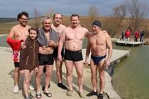 Den vody si užívali na koupališti na Živé vodě Modrá otužilci, vexpoziční budově i děti.