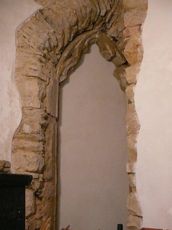 Gotické tvary naznačují, že bílovický kostel vznikl s největší pravděpodobností ve druhé polovině 14. století.