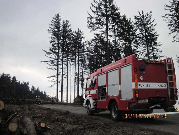Popadané stromy blokovaly komunikace, ale poškodily i zaparkovaná vozidla.