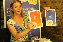 Podobu prvního dílu publikace Kuchařka tradničních pokrmů na Slovácku v oranžovém provedení a nově chystaného vydání v modrém provedení, představila ve středu 21. května Lenka Durďáková z Regionu Slovácko.