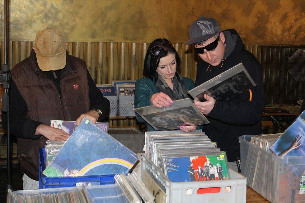 Burza vinylů v prostorách uherskohradišťského klubu Mír nabídla tisíce gramofonových desek.