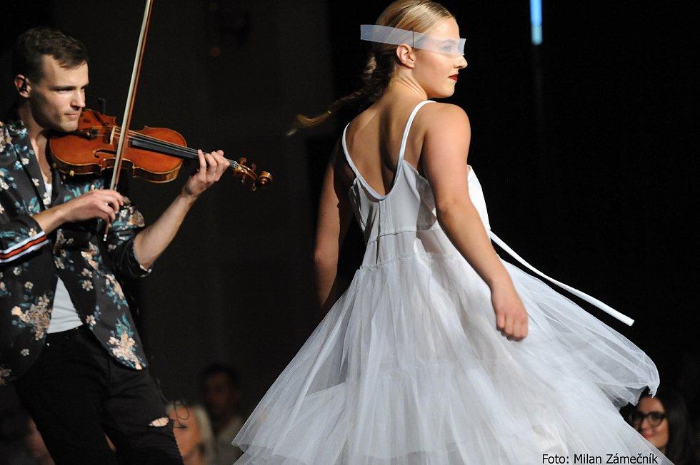 Na Fashion show vystoupili studenti UMPRUM se svými závěrečnými pracemi.