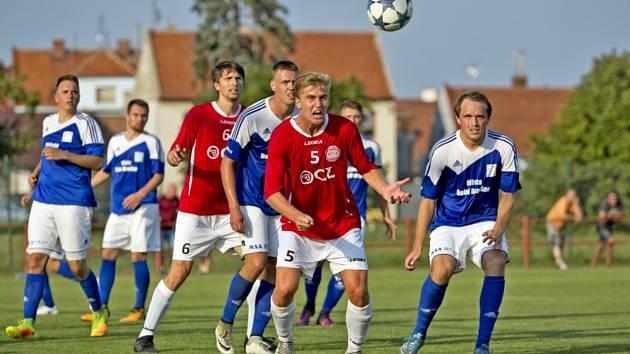 Fotbalisté Uherského Brodu (v červených dresech) na úvodní domácí výhru nad Dolním Benešovem v Kroměříži nenavázali.