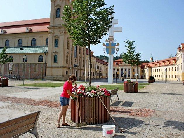 V sobotu dopoledne členové Matice velehradské dělali úklid kolem baziliky.