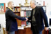 Budoucí ředitel Slováckého divadla Michal Zetel (vlevo) a jeho současný šéf Igor Srtránský se setkali v ředitelně divadla.