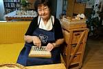 Marie Bilíková tvoří ze šustí užitkové věci i figurky.