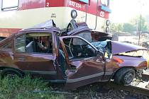 Po střetu s vlakovou soupravou se z Oplu Kadett stala hromada šrotu.