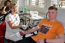 Studenti Masarykova gymnázia ve Vsetíně darovali krev na hematologicko-transfuzním oddělení Vsetínské nemocnice (na snímku Jan Gášek, student semináře biologie ze třídy 3. C)
