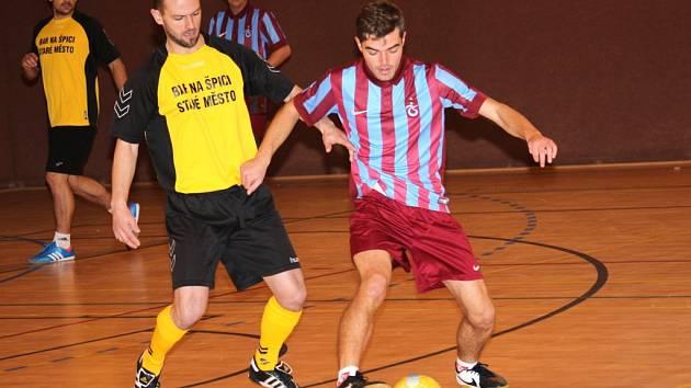 Futsalová liga Uherskohradišťska začala 1. kolem. Snímky jsou z utkání Trabzon – FC Banda (ve žlutém) 1:6 (0:3).