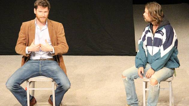 V hlavních rolích divadelní hry Deštivé dny se ve velkém sále Domu kultury v Uherském Brodě představili Richard Krajčo a David Švehlík.