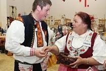 Členky nedakonického ženského sboru odměnily tanečníky z obce sladkostmi.