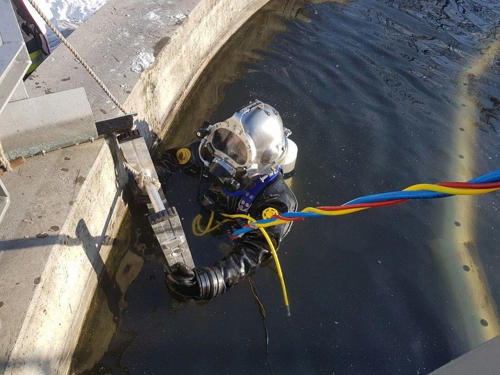 Krumpáč utopený v čističce odpadních vod ve Strání vylovili potápěči z Olomouce.