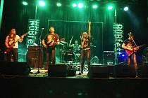 Na dvě stovky rockových a metalových fanoušků zamířily v sobotu 28. března do Kulturního domu v Dolním Němčí. Konal se tam totiž pátý ročník minifestivalu ROBfest.