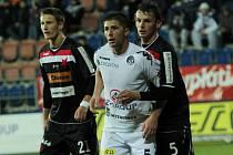 1. FC Slovácko - SK Slavia Praha. Zleva Milan Škoda, Veliče Šumulikoski a Milan Nitrianský. Ilustrační foto.