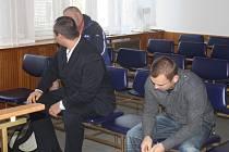 Obžalovaný Oleg Michajlov (v černém vlevo) dostal tři roky vězení za těžké ublížení na zdraví. Marek Pikslák šest měsíců za výtržnictví. Do výkonu trestu ale nenastoupí, dostali podmínku.