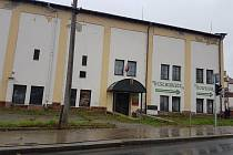 Před restaurací v bývalém pivovaru Jarošov byly pozemky dlouhou dobu neudržované. Dnes je již vše minulostí.