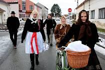 """S BARUNKOU. """"Baňáci"""" absolvovali 7. ročník Svařákového pochodu. Mamince hendikepované Barušky předali finanční dárek, dívence zapěli několik písniček a neodmítli ani pohoštění."""